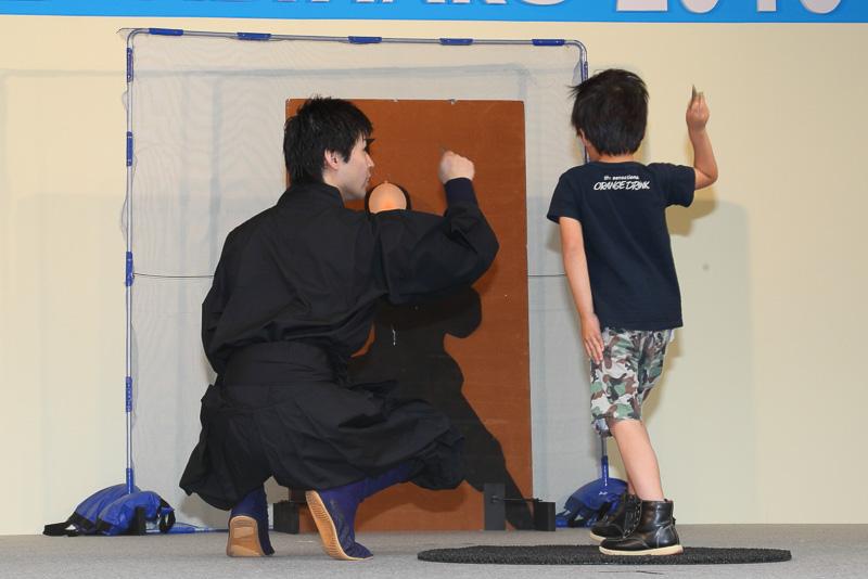 忍者体験で手裏剣投げに挑戦する子供達