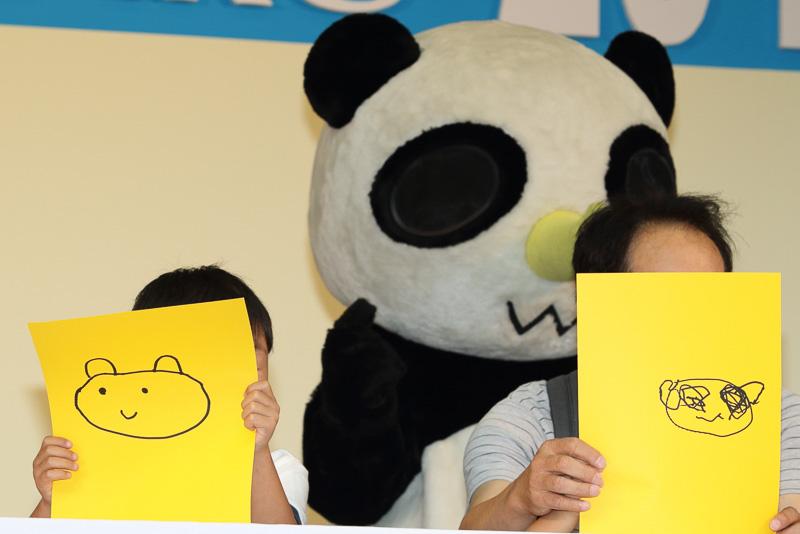 お絵かきコンテストで自分の描いた絵を「サイパンだ!」にアピールする子供達。なにせ審査員が「サイパンだ!」なのだ