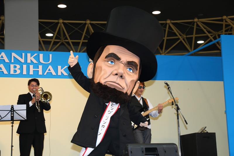まさに大きな顔のリンカーンのビッグリンカーン。帽子を落としてもなかなかダンディ