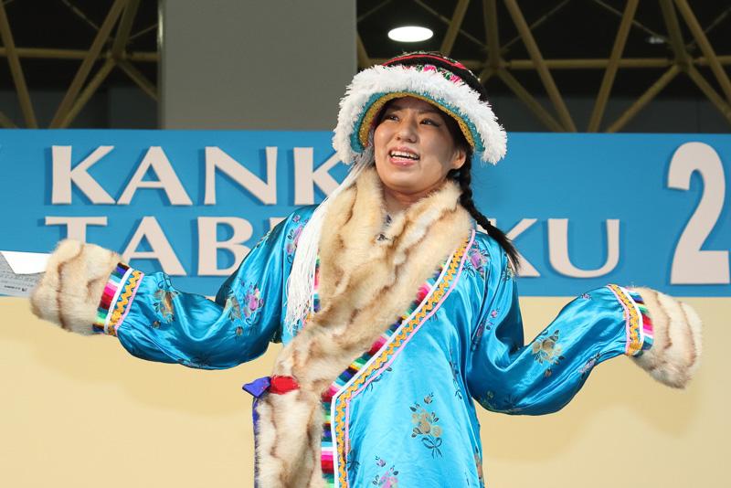 クイズ形式で世界の民族衣装とその国を紹介するユーラシア旅行社のステージ
