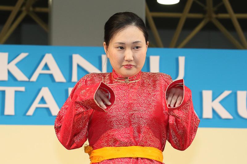 ちょっとした芝居も交えたステージで民族衣装から見る、その国のことを紹介。「モンゴルの衣装の袖が長い理由は?」や「ウエストベルトの細さや位置に見る最近の流行」など内容豊富