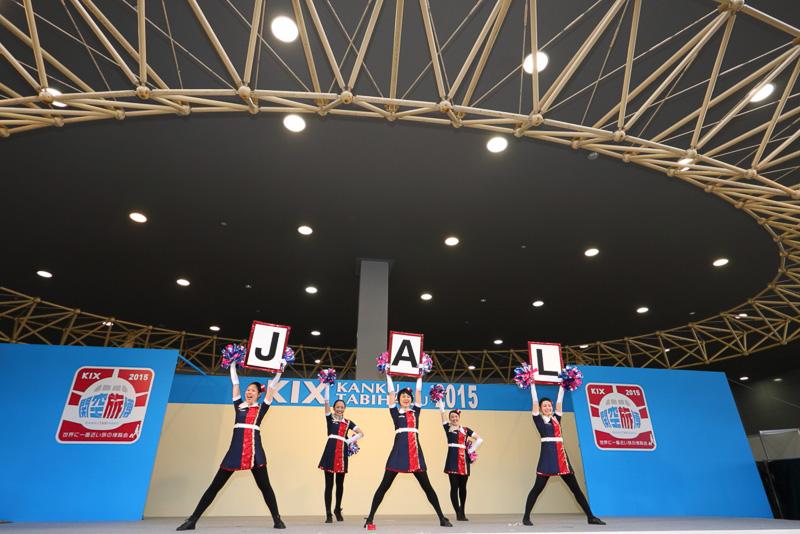 チアダンスチームJAL JETSのメンバーは全員JALの現役客室乗務員だ