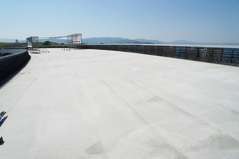 八幡JCTを見学したAランプ2号橋の橋上から新名神神戸方向を見ている