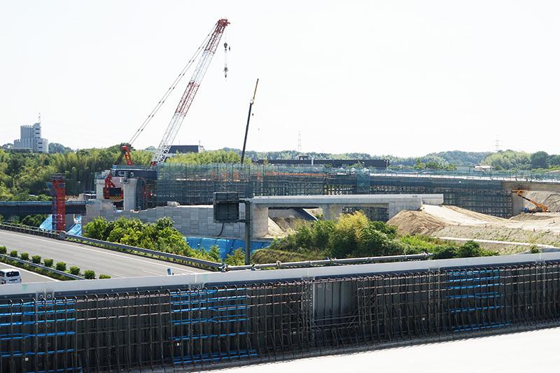 Dランプ1号橋の周辺。大型のクレーンを使って作業中