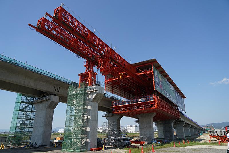 京田辺高架橋の大型移動支保工全体。城陽JCTのある名古屋方面を見ている