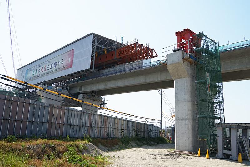 逆方向を工事中の大型移動支保工。神戸方面を見ている