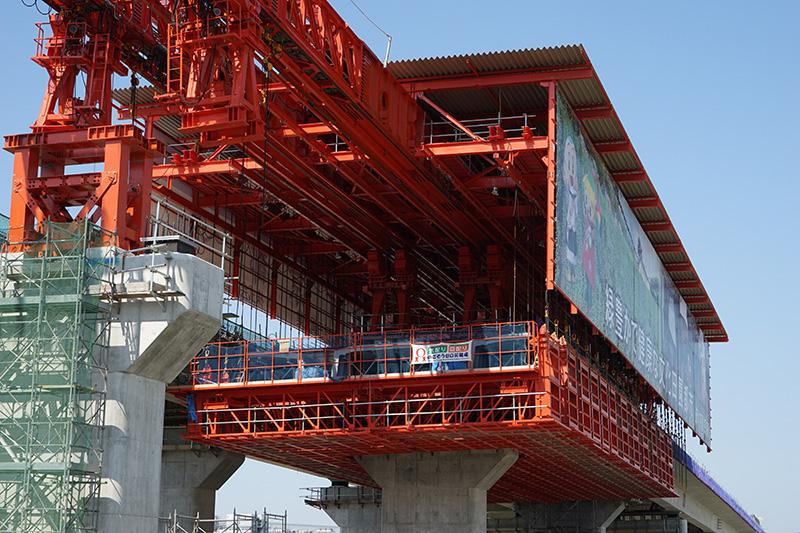 大型移動支保工で作業が行なわれる上屋設備内部