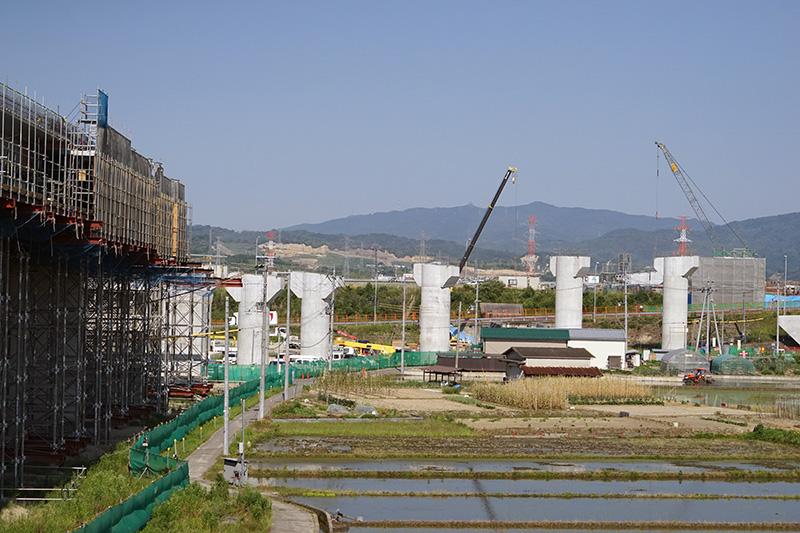 このあと、京奈道路をまたぐ形で橋が作られる。そのための橋脚部分