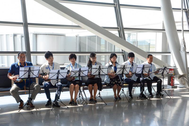 ANA大阪支店 三線部による演奏が流れるなか搭乗