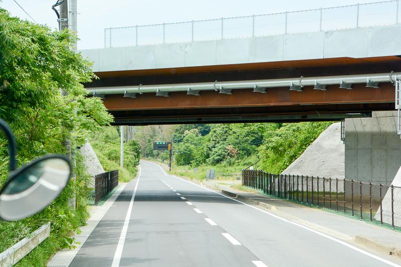 県道63号を神崎から成田方面へ走行中に見える圏央道の今回開通区間