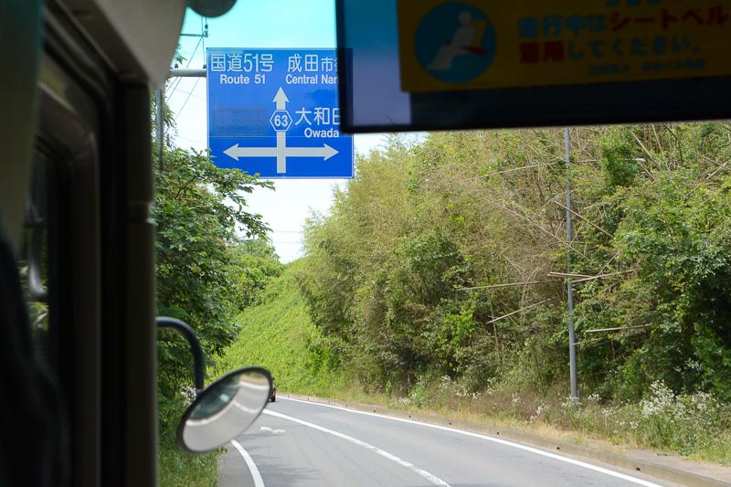 IC手前の案内標識。まだシールで覆われているが、左折が下総IC入り口