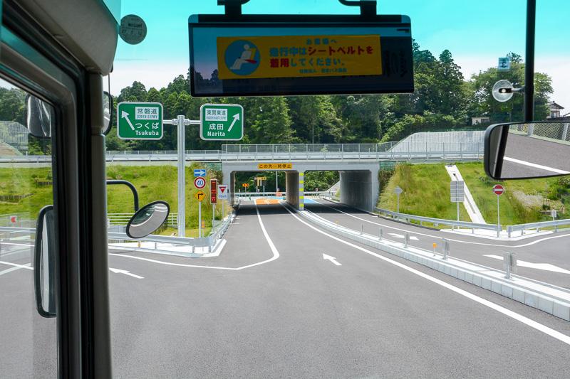 下総ICのゲートをくぐってからルートを直進すると成田(大栄JCT)方面、左斜め方向がつくば(神崎IC)方面となる