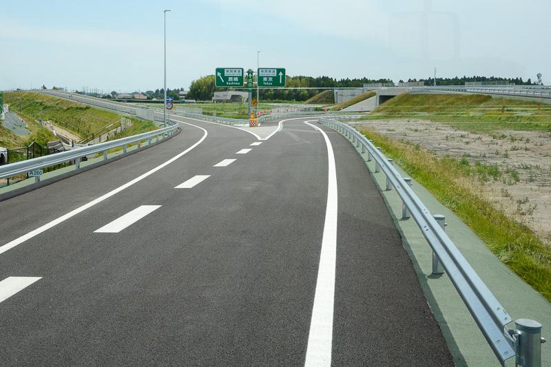 分岐部分。直進/右方向が東関道上り線、左方向へ進むと東関道下り線へ繋がる