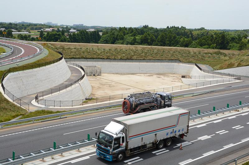 将来の圏央道南進に向けた工事も進められており、盛り土、建設中の橋脚などがある