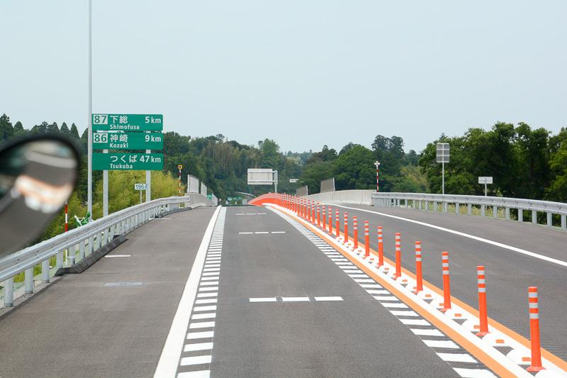 大栄JCTから圏央道へ入ると、まもなく下総ICまで5km、神崎ICまで9kmの案内標識が見えてくる