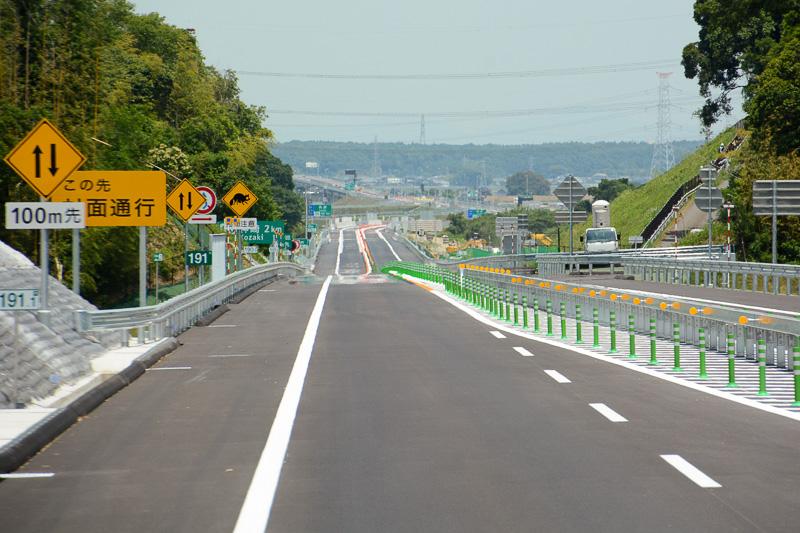 下総ICから神崎ICまでは3km強。1kmほど進むと片側2車線区間が終わり、片側1車線の対面通行区間となる。合流地点付近は対面通行に関する注意のほか、動物注意や神崎ICまでの案内標識、191KP標識と、妙ににぎやかな場所になっている