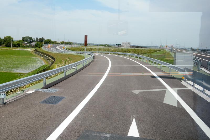 神崎ICの出口。既存の外回りからの道と合流し、料金所を経由して利根川沿いの国道356号に接続する