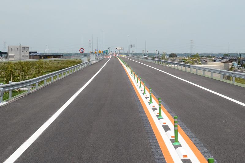 神崎IC付近から、利根川方面の眺め。まだガードレールで通行が制限されている。奥に圏央道 利根川橋も見える