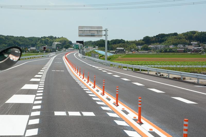 神崎ICから下総IC方向へ走行する場合、案内標識に成田空港方面のルートが示される
