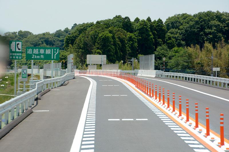 神崎ICから1kmほど走ると片側2車線区間へ