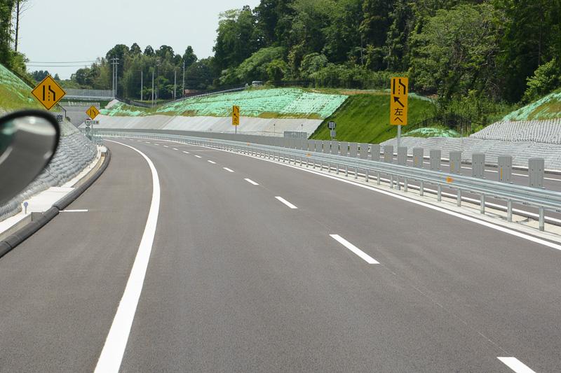 下総ICの手前約1kmと、通過後約2kmほどが片側2車線区間となる