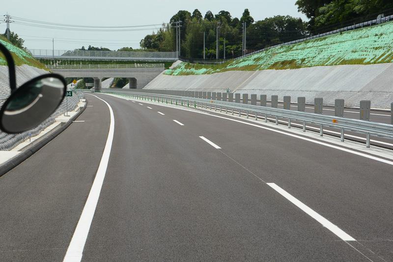 左車線へ合流し、片側1車線の対面通行区間となる