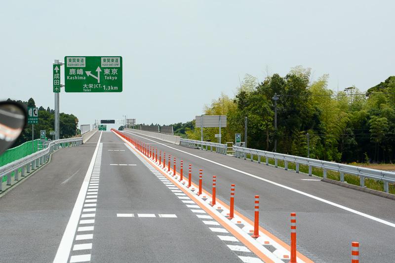 坂の途中から大栄JCTの案内標識が出始める。坂を越えたら間もなく大栄JCTにさしかかる