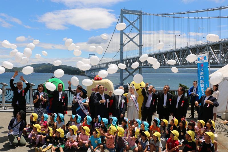 セレモニー出席者たちが風船をとばしして開通30周年を祝った