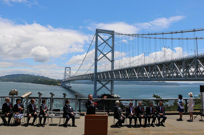 大鳴門橋の建設にまつわる話をする本州四国連絡高速道路代表取締役社長の三原修二氏