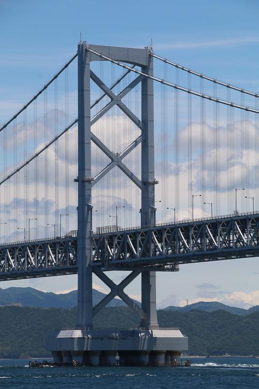 大鳴門橋は中央支間長876mの吊橋で、上部に6車線の自動車専用道路と、下部に新幹線規格の鉄道を設置可能な2階建て構造。現在は道路4車線を供用しているが将来は道路2車線と鉄道2車線を追加できる