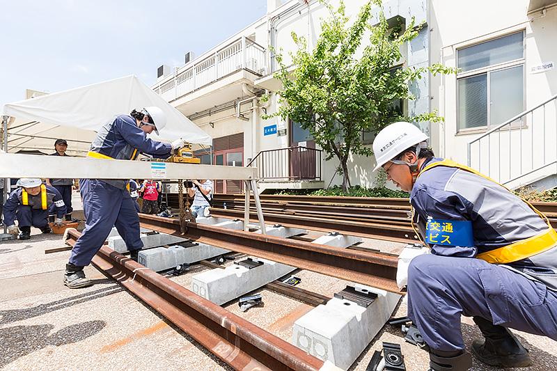 レールを吊り上げる作業は職員が実施。アルミ製のレール山越器を使いポータブルタイプのチェーンブロックで吊り上げる