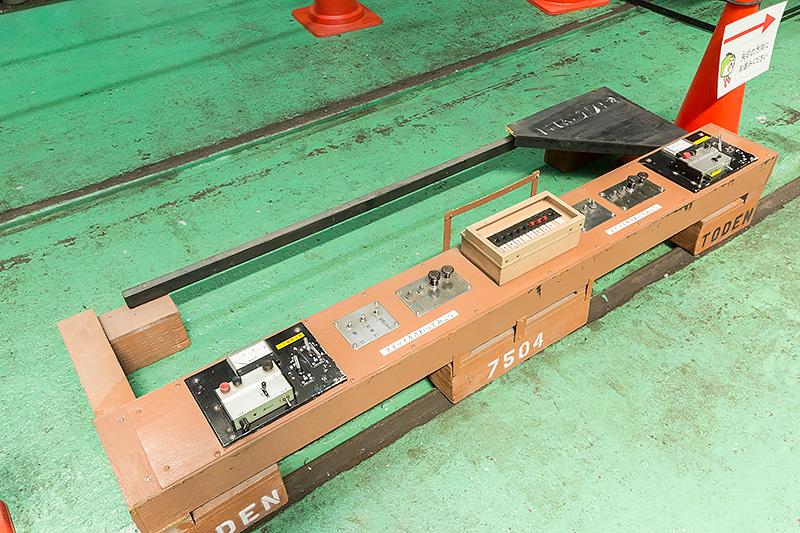 廃車から取り外された運転席のスイッチ類。自由に触って操作することが可能だった