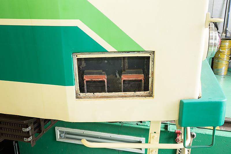運転席のスライドガラスの下端のステー