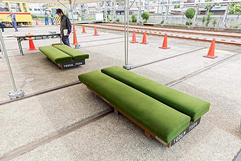 休憩コーナーのソファーは実車のもの