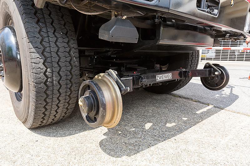 線路を走る際は車輪が降ろされる。駆動はタイヤを使う