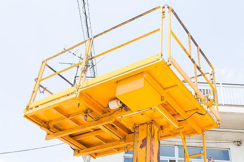 ゴンドラは5m程度まで上がる。また、架線柱の点検などを行うため横スライドも可能な構造