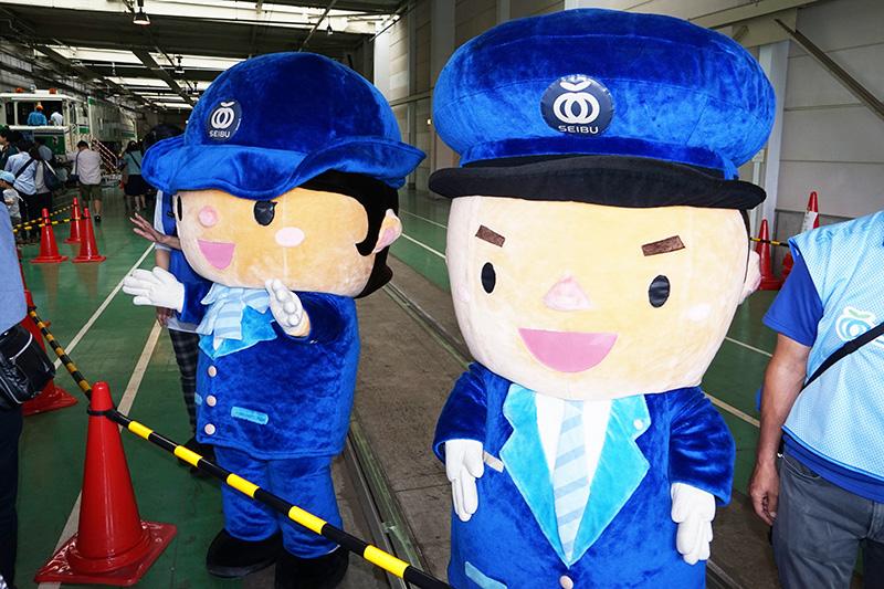 西武鉄道の駅員さんキャラクター「レイルくん」と「スマイルちゃん」のお出迎え