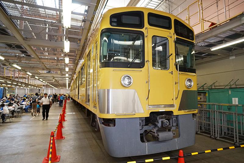 黄色の電車2000系も展示