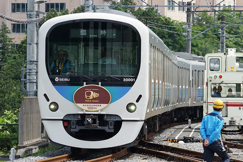 100周年記念ヘッドマーク付きラッピング電車正面。これは臨時電車として運行中の写真