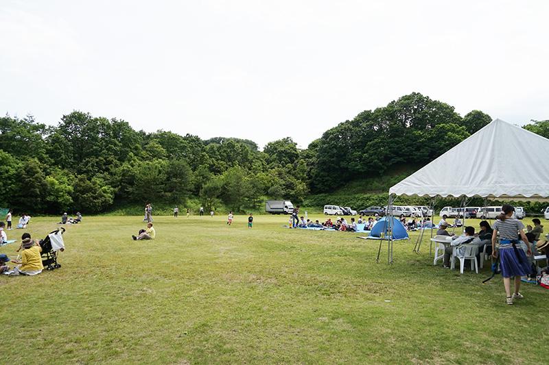 広い芝生スペースで休憩も可能