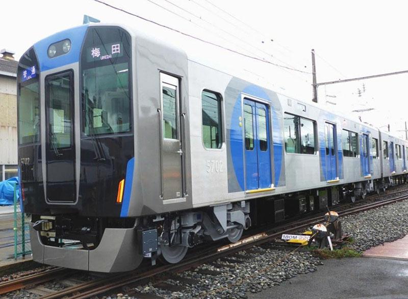 阪神電鉄の普通用新型車両としては20年ぶりの導入となる「5700系」。伝統を引き継いだブルーの配所と、やさしさを表現する円形のグラフィックデザイン