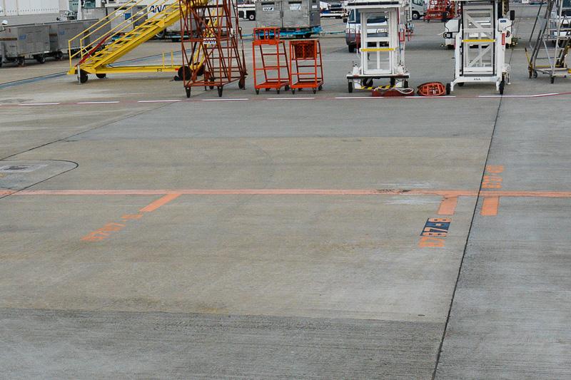 地面にマーキングされた停止位置は787-8型機と787-9型機で異なっており、787-9型機は787-8型機よりも前寄りに停止位置が指定されている