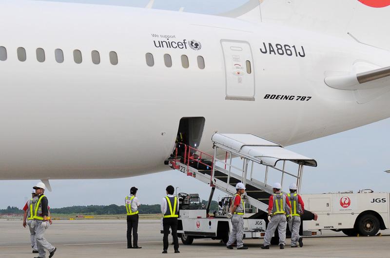機体後部のカーゴ室から荷物を搬出