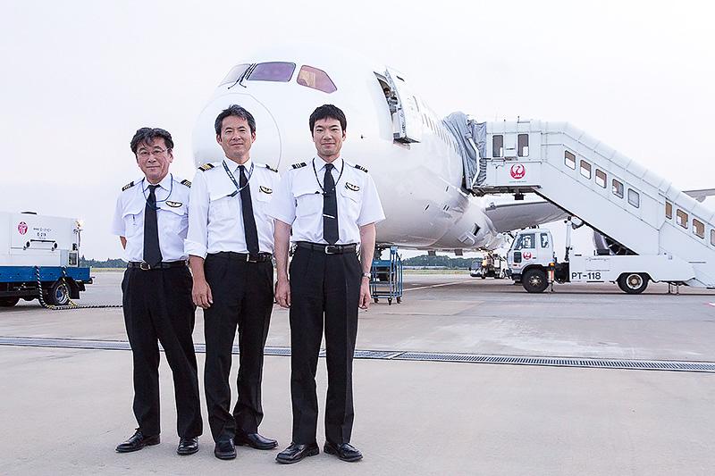 787-9を成田空港まで回航した(左から)松木猛機長、植田竜機長、橋本秀則副操縦士