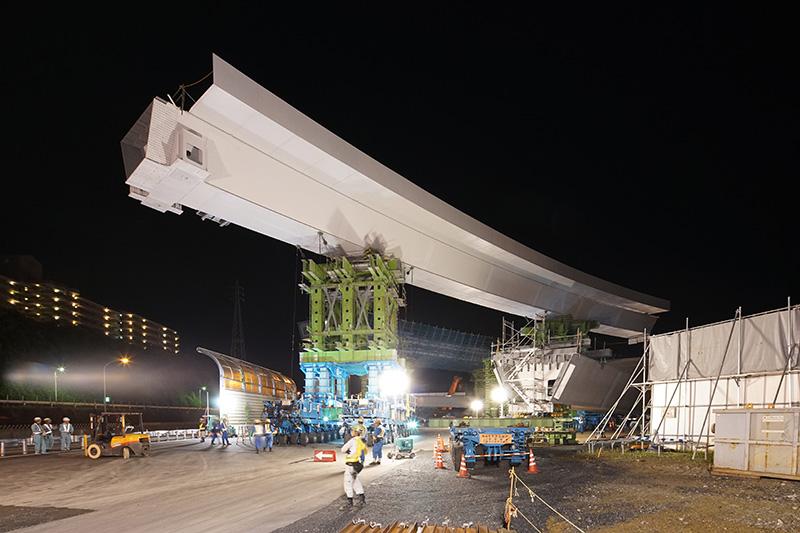 名神高速道路のすぐ脇にあらかじめ持ってこられた鋼桁。高さは15mほど