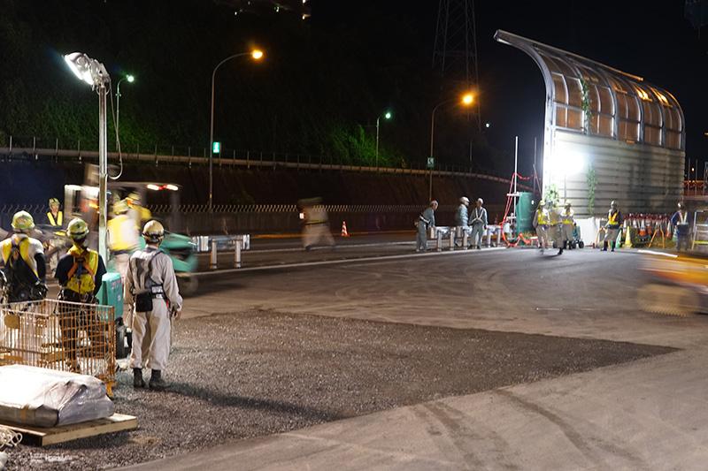 搬入口となる高速道路のガードレールが撤去される