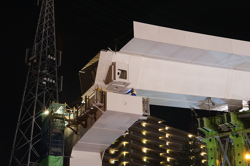 もう人が触れるほどに近づいた。DP4側は橋桁に載せて高力ボルトで留める
