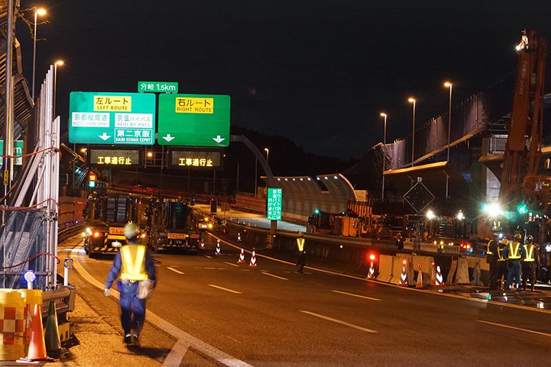 もちろん高速道路本線は通行止め。9日と異なり工事車両が多数行き交っている