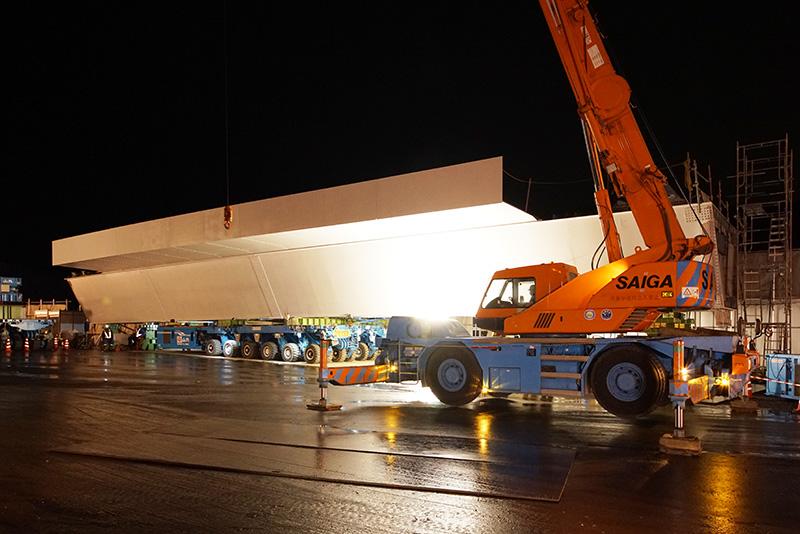 本線脇に用意された鋼桁。長さ38.3mで重量153.7トンと前回より小さめ。2台1組の多軸自走台車に載せられている