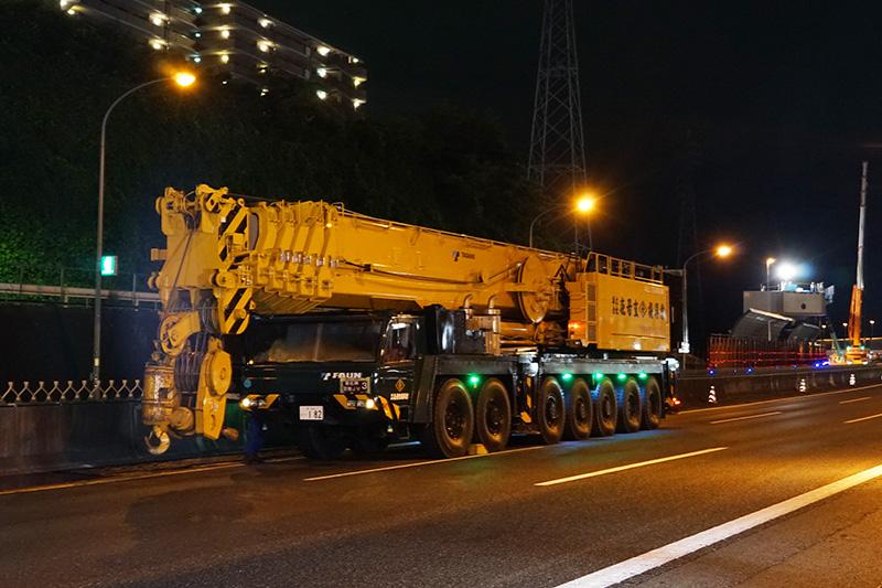 大型クレーンが本線上に準備されている。550トン吊オールテレーンクレーン